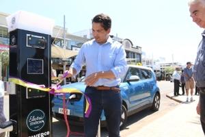Local MP Simon Bridges cuts the ribbon